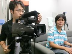自らカメラを回す学生チームの学生