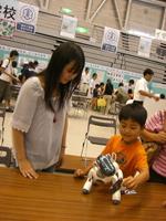 国立 福井高専のブース。アイボ(aibo)によるロボットの実演